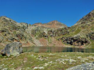 La punta di Laures si staglia oltre il lago.
