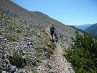 sul lungo sentiero ascendente verso la dorsale sud est dell'Aiguille Rouge