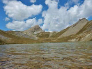Il lago della Reculaye con la cima omonima al centro e, a dx., l'Aiguille de Barsin.