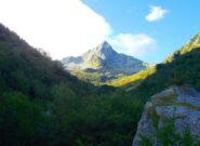 il Frisson  visto dall'inizio del vallone  di salita