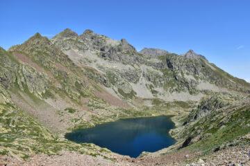 Il lago inferiore di Valscura e le cime di Valrossa sullo sfondo a sinistra