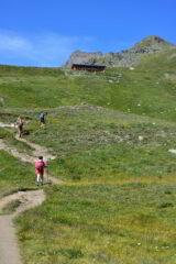 Salendo verso il rifugio Grauson con la Punta di Leppe sullo sfondo