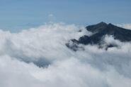 Dalla vetta, Mombarone e Monviso sopra le nuvole