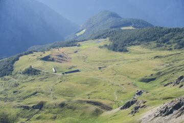 i pascoli di Champillon e a destra il rifugio