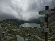 Al bivio, con lago Grande e rifugio Quintino Sella