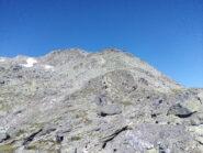 Subito a destra dei nevai, la cima di Bard. Nella