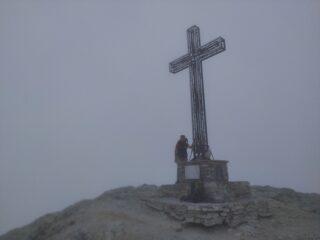 Nebbia fitta alla croce di vetta