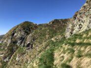 Parte finale del traverso. Prima dell'ultima elevazione a sinistra,  in altro a destra si trova il raccordo col sentiero della via normale.