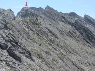 La cima (credo) dai pressi del colletto della Gran Guglia, ingrandendo si vede il