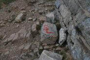 L'indicazione della partenza del C19 sulla vetta, alla base del monumento CAI