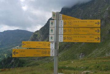 Le indicazioni all'alpeggio di Champanement: lungo il 10 Lignan è a 1h