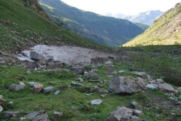 Il nevaio residuo sul torrente prima di iniziare la salita per Bonalex.
