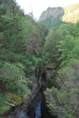 Poco dopo la partenza da Close, l'impressionante orrido di Betendaz visto verso valle dal ponte