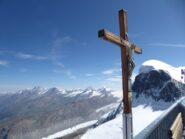 La croce sulla terrazza in vetta al Piccolo Cervino.