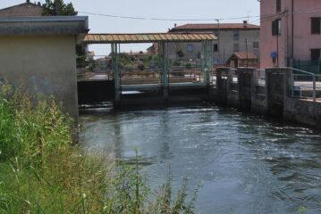 Le porte (a dx) sulla Roggia Mora a Fara N.se dove si diparte il condotto che alimenta il partitore che dà origine alle Rogge Biraga e Busca
