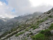 Verso la Bocchetta di Ragozzo con le cime nelle nuvole