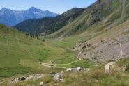 Vista della Comba Deche scendendo, con l'alpe di La Seyvaz, la sterrata per Fonteil e, a sinistra, il sentiero 5 per il Col Collet e Becca d'Aveille