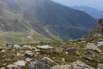 L'alpeggio di Champanement (versante St. Barthelemy) e la sterrata di discesa visti scendendo dal colle