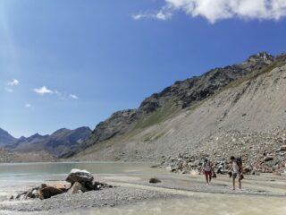 guado in riva al lago