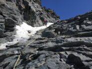 Calata di 30 m nel canalino. Coi ramponi per via del poco ghiaccio presente alla base.