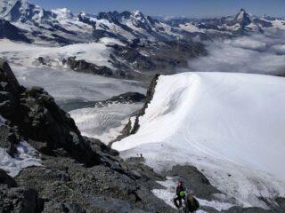 Il ghiacciaio visto dal canalino, notare i detriti alla base delle pareti...