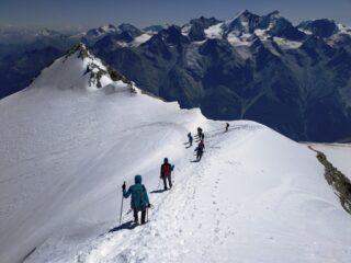 Inizia la discesa dal Bishorn, a sx la punta Burnaby salita dopo comoda pausa al colletto. Sullo sfondo il gruppo del Mischabel e vari 4k svizzeri.