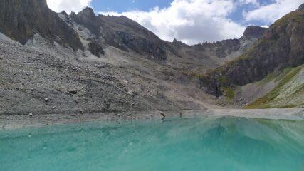 Il lago e al fondo a sx della punta aguzza colle e cima