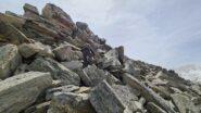 Luigi risale i grossi blocchi rocciosi del tratto finale della cresta