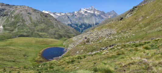 la bella conca erbosa di quota 2840 m e il Gruppo della Grivola, osservate dal sentiero che sale al Colle di Saint Marcel