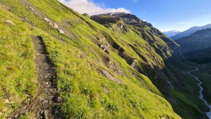 il tratto di sentiero che traversa a mezza costa verso l'inizio del vallone che porta al Col Vaudet