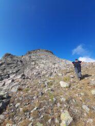 Il vecchio arranca verso la cima