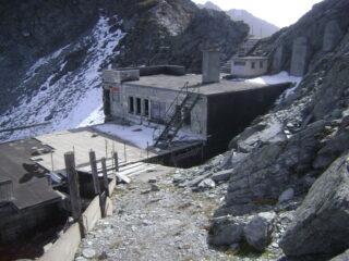 sotto il colle, versante svizzero, stazione funivia in disuso e rovina