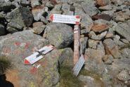 Bivio con i segnavia appoggiati a terra; attraverso il Passo della Capra ci si porta sull'E65 e quindi al Colle della Mologna Piccola