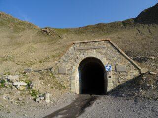 il tunnel con in alto il colle da raggiungere