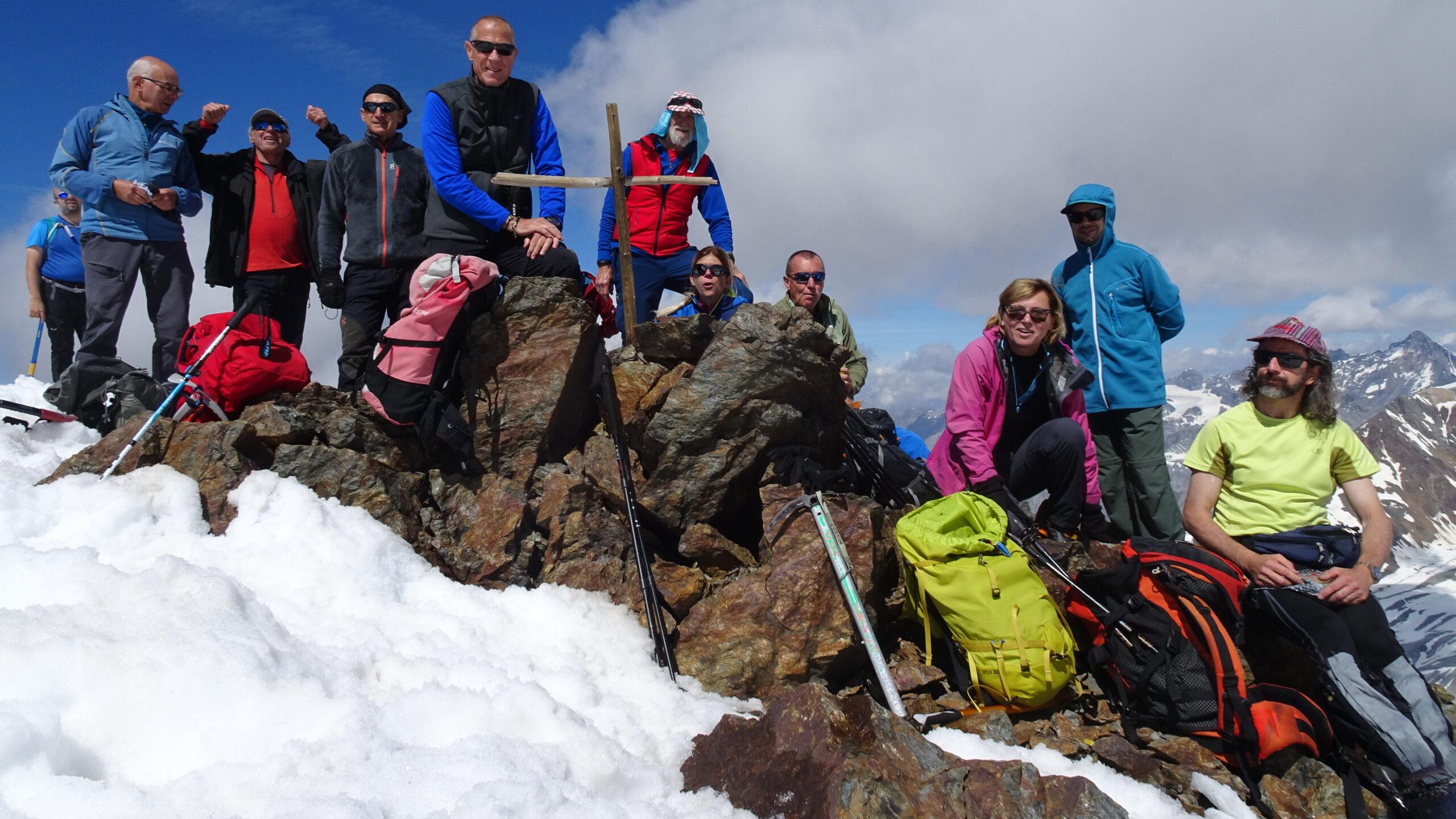 foto di gruppo in vetta al Monte Pasquale