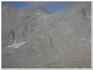 In basso a sinistra il bivacco Varese sullo sfondo il Sonningpass ed il nevaio dove parte la ferrata