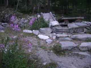 nella parte bassa del percorso, al ponte sfondato si prende a sx il sentiero 12