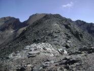 la selletta tra le punte sud e nord, a destra delle rocce chiare si intuisce la traccia che scende verso il colle Bes