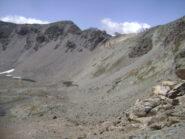scendendo dal colle Bes, puntare alla destra del lago più alto per intercettare il sentiero che risale verso il Col Rosset riconoscibile dal giallo delle rocce