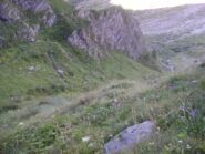 La traccia che risale la bassa testata della valle