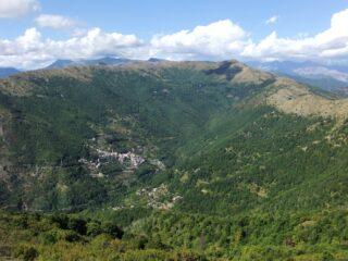 Carpasio sotto l' Alpe di Baudo ed il Monte Grande