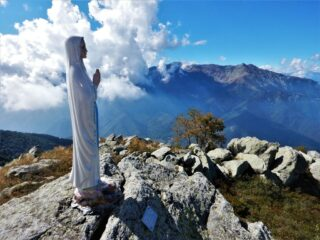La Madonnina in cima al Pigna, con la Bisalta laggiù...