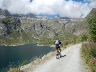 sullo sterrato che costeggia il Lago di Cignana