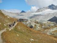in vista del Rifugio des Evettes e sullo sfondo il Glacier du Mulinet