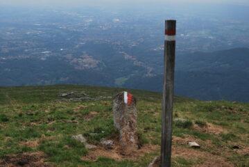 """Il palo che è stato rimesso in piedi e vista sulla pianura biellese: Biella, Pralungo, Pollone e """"Cusila, lunga e sutila"""""""