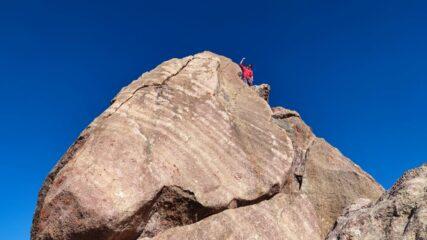 La cima dell'orientale.  Al II tiro, dopo aver superato la cengia ascendente sopra S1, proseguire diritto in ascensione a destra fino a raggiungere un diedro con camino.