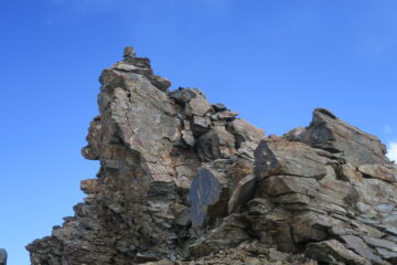 la cima strapiombante verso la Val di Rhemes sembra pronta a colassare