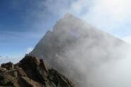 la cima tra le nebbie