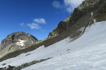 da qui ho attraversato il nevaio raggiungendo la morena ed ho risalito il canalino detritico per raggiungere la cresta evitando i risalti rocciosi