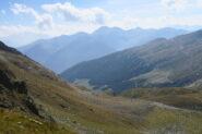 in discesa verso il vallone di Molline. In basso il sentiero che scende in quello di Menouve